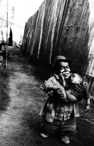 mary ellen mark Usman avec son fils, Jumbo Circus, Bombay, 1992.jpg