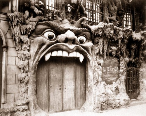 EUGENE ATGET Cabaret de L'Enfer, boulevard de Clichy 1910.jpg