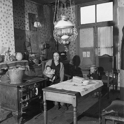 Henk Jonker Madre con niños en el hogar, Nijmegen - 1946.jpg