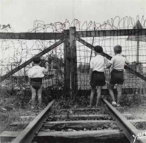 jean dieuzaide enfants-à-la-frontière-franco-espagnole,-hendaye.jpg
