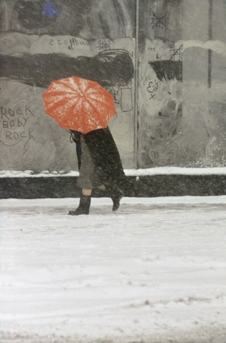 saul leiter-red-umbrella-the-red-list-676x1024.jpg