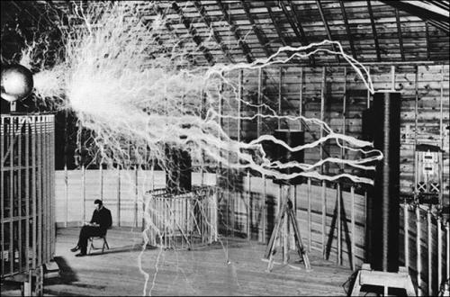 L'inventeur Nikola Tesla dans son laboratoire.l.jpg
