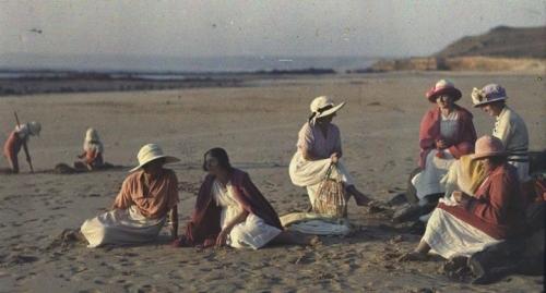 Gustave Gain, Femmes sur la plage de Siouville-Hague (50) vers 1908,.jpg