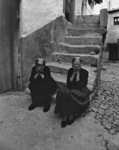 Rafael Sanz Lobato Mujeres sentadas en la escalera, Miranda del Castañar, Salamanca (1971)_n.jpg