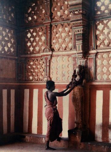 Jules Gervais-Courtellemont Femme dans la prière , Madras , en Inde. Autour de 1912-1913.jpg