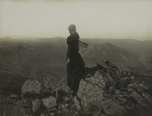 Félix Thiollier figure contemplant les Monts du Mézenc  1895-1905.jpg