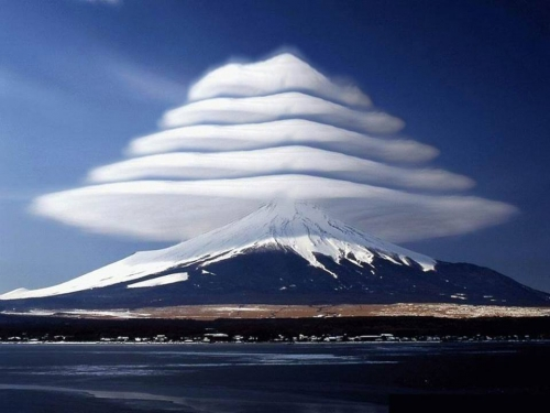 Nuages lenticulaires au dessus du mont Fuji Japon.jpg