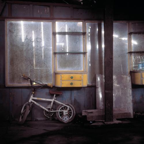 Miguel Rio Branco Cubatao shantytown of Vila Parisi boutique d ebarbier abandonnée 1992.jpg