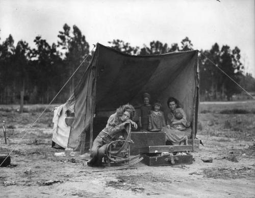 Dorothea Lange 1936, au camp de Nipomo, en Californie..jpg