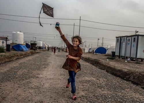 Tommy Trenchard Khazie camp, Irak 2017 une fillette déplacée avec sa famille forcée de fuir Mosul.jpg