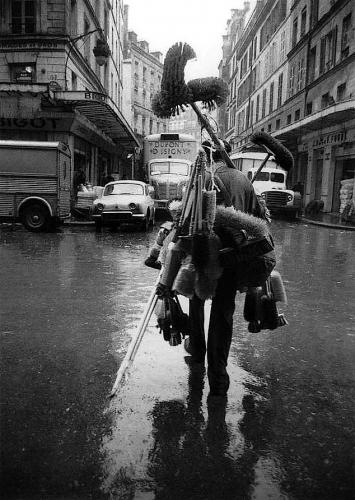 Sabine Weiss - Marchand de balais, 1961.png