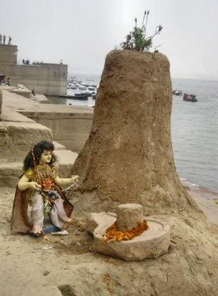 Benares-Lingam, à Varanasi (Inde).Lingam-4.jpg