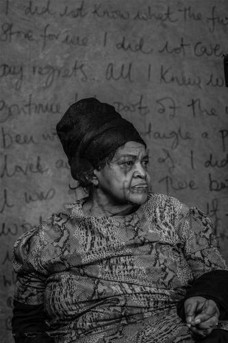 Peter Magubane Myriam Tlali première femme publiée en Afrique du sud en 1975.jpg