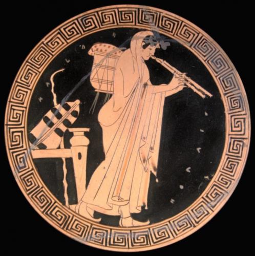 Joueuse d'aulos (flûte grecque double). Kylix attique à figures rouges, vers 490 av. J.-C..jpg