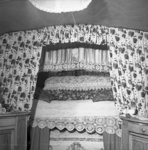 Marcelle Vallet saintes maries de la mer intérieur d'un bus caravane 1952.jpg