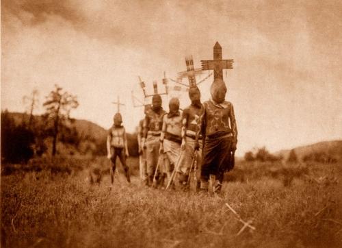 Edward S. Curtis, 1907 Apache Gáŭn_n.jpg