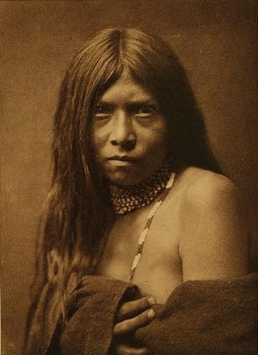 edward curtis fille Apache 1906.jpg