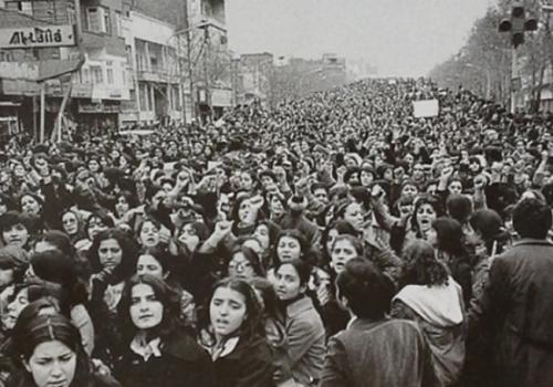 Femmes en Iran protestant contre le port obligatoire du voile après la révolution islamique de 1979..png