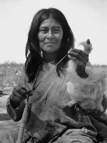 Grete Stern, Mujer pilaga con hilo para tejer en.jpg