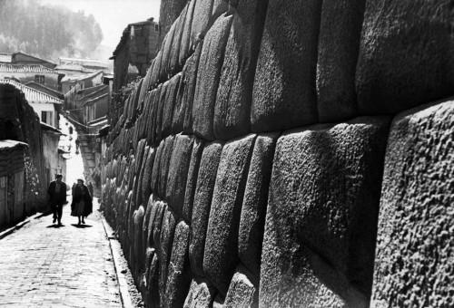 Werner Bischof 1954 PERU. Cuzco. Hatunrumiyoc alley. May .jpg