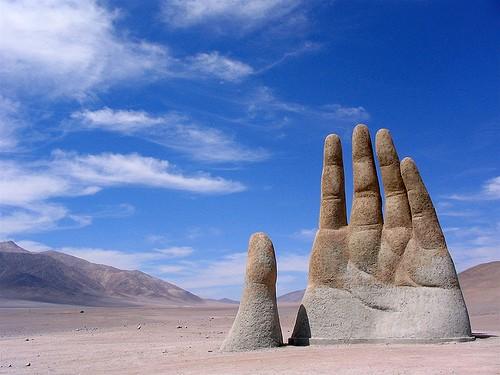Mario Irarrázabal Mano del desierto (antofasagasta) 1992.jpg