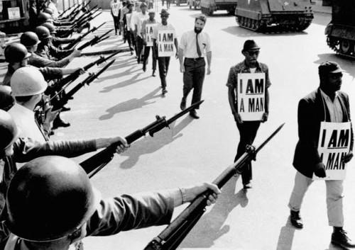 Bettman Corbis 29 mars 1968 Memphis Tennessee manifestation d'activistes du mouvement des droits civiques entourés de gardes armés et de tanks.jpg