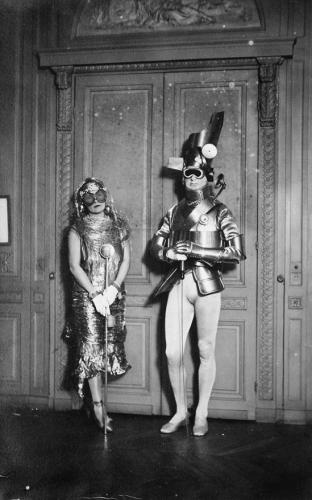Man Ray – Gerald Murphy et sa femme, Sara, vêtu pour Un bal du comte Étienne de Beaumont, Montparnasse 1924.jpg