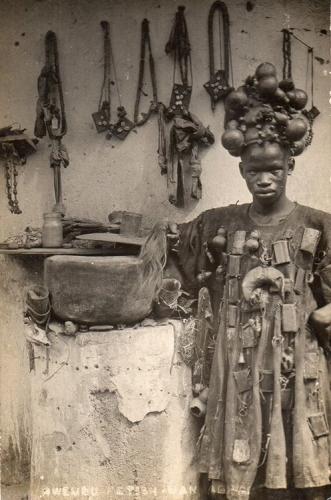Guérisseur traditionnel avec sa pharmacie sur la tête  - Gold Coast, Ghana  - 1899 .jpg