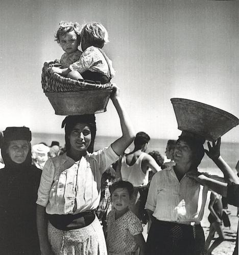 JEAN DIEUZAIDE – NAZARÉ Portugal 1954.jpg