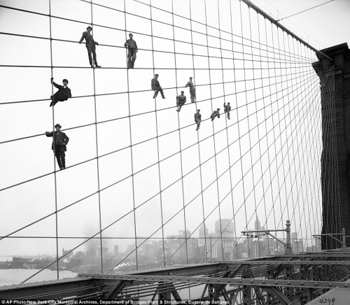 Eugène de Salignac Painters hang from suspended wires on the Brooklyn Bridge October 7, 1914.jpg