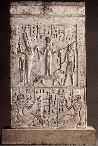 stèle de Qadesh, déesse phénicienne,  debout sur un lion dont l'emblème est une croix symbole de Vénus. L.jpg
