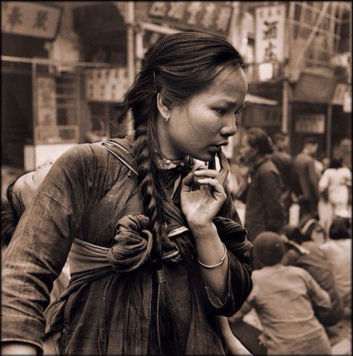 Hedda Morrison Young Mother Carrying A Sleeping Child, Hong Kong (1946)n.jpg