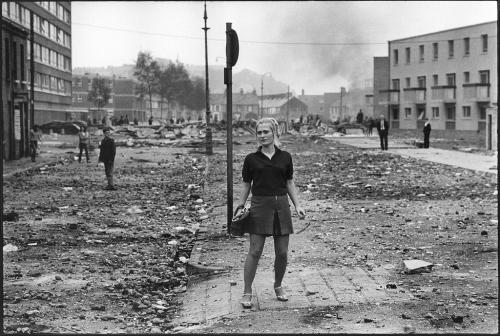 Gilles Caron Après les émeutes de Londonderry, Irlande du Nord, le 12 août 1969.jpg