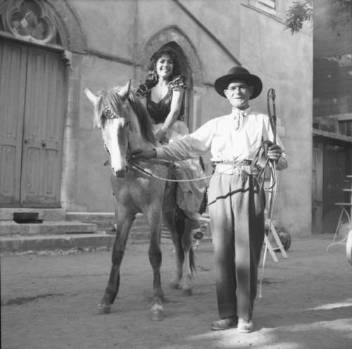 Marcelle Vallet Kostich et sa fille Zorka sur le cheval Tarjan.jpg