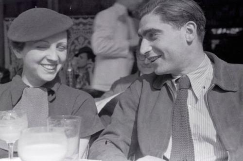 Fred Stein Taro et Robert Capa sur la terrasse du café Le Dôme à Montparnasse - Paris, début 1936.jpg