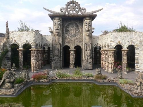 Musée Robert tatin l-interno-del-tempio.jpg