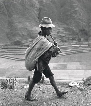 Werner Bischof joueur-de-flute-route-de-cuzco-Perou-1954.jpg