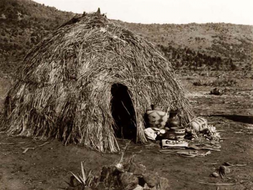 Edward S. Curtis Apache Wickiup 1903..jpg
