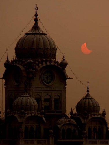 Solar eclipse at Harmandir Sahib, Amritsar, Punjab, India.jpg