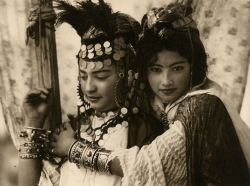 Emile Frechon Two young women of the tribe of Ouled Nail, Biskra Algérie 1924.jpg