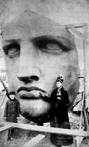 Unboxed Statue Of Liberty – 1885.jpg
