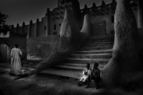 larry louie Behind the Mosque Mali, Djenne 2007.jpg