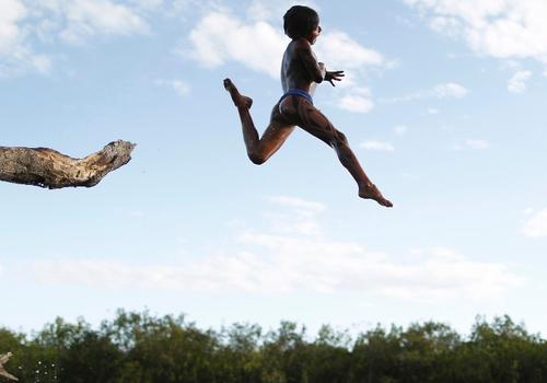 ueslei marcelino yawalapiti enfants dans la rivière Xingu Brési.png