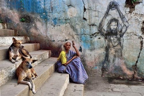 Tania Chatterjee-Lonely singer Varanasi Inde1_web.jpg
