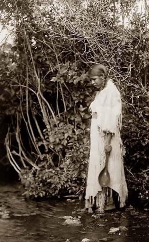 Edward S. Curtis Waters Edge Arikara girl North Dakota in 1908.jpg