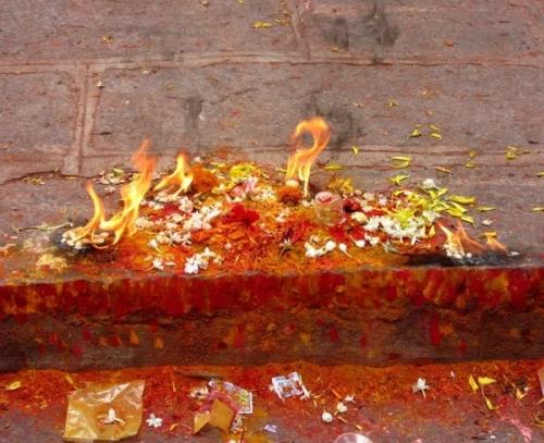 Offrande  Pèlerinage de la pleine lune 31 juillet 2015, Chamundi Hill, Karnataka, Inde.jpg