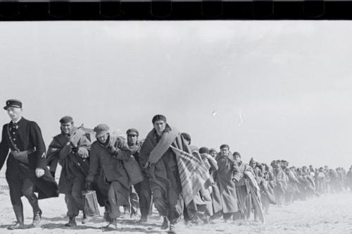 Robert Capa la valise mexicaine  Exilés républicains espagnols emmenés vers un camp d'internement 1939.jpg