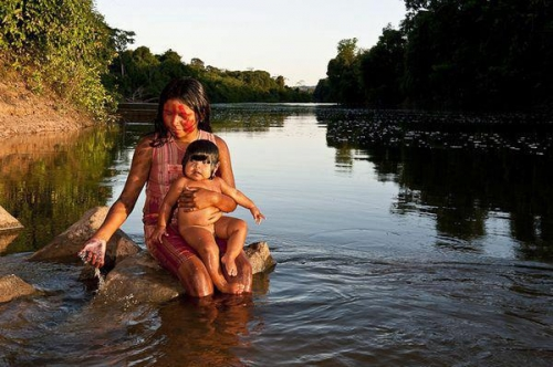 Crsitina Mittermeier Kayapo mother and child brésil.jpg