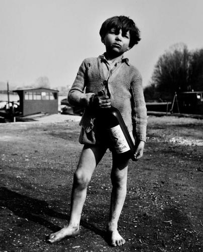 Sabine Weiss -Enfant de marinier, Conflans-Sainte-Honorine, 1953 .png
