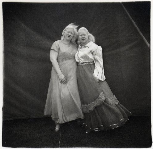 diane arbus avaleuse de sabre albinos et sa soeur1970.jpg